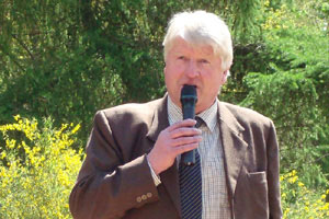 Stanley Johnson giving his address. - image courtesy of Marilyn Holmested